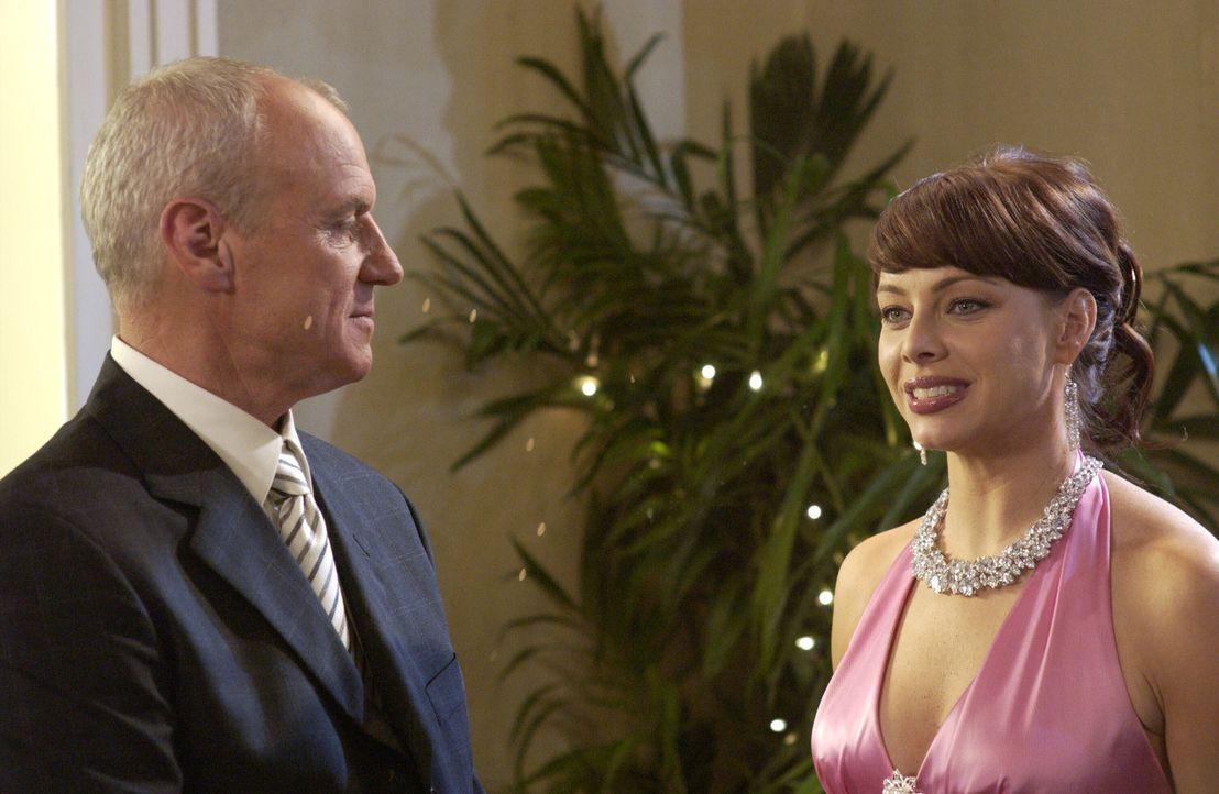 Julie (Melinda Clarke, r.) beichtet Caleb (Alan Dale, l.) die Pornogeschichte, da sie sich anders nicht zu helfen weiß. Caleb reagiert überraschen... - Bildquelle: Warner Bros. Television