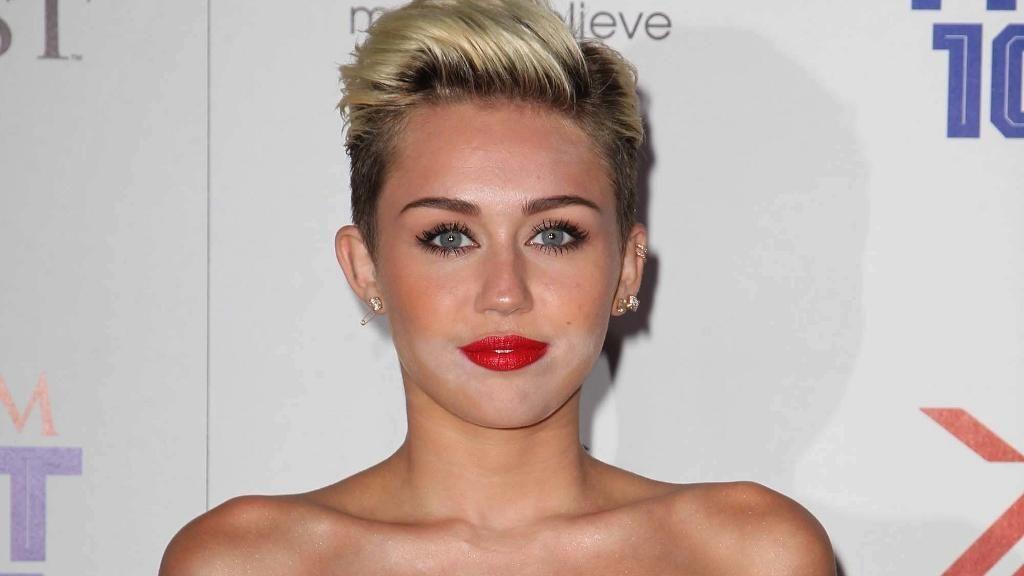 Miley Cyrus beim Notarzt: Krank oder schwanger? - Bildquelle: FayesVision/WENN.com
