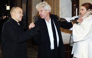 Gerrit (Lars Löllmann, l.), Robert (Mathieu Carrière, M.) und Natascha (Franz...