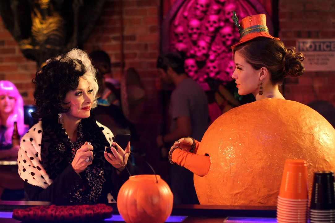 Machen ausgerechnet an Halloween Bekanntschaft: Sylvia (Sharon Lawrence, l.) und Brooke (Sophia Bush, r.) ... - Bildquelle: Warner Bros. Pictures
