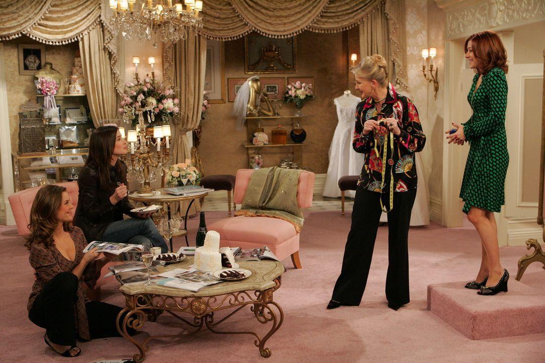 Gemeinsam mit Robin (Cobie Smulders, 2.v.l.) und Victoria (Ashley Williams, l.) sucht Lily (Alyson Hannigan, r.) ein Geschäft für Brautmoden auf.... - Bildquelle: 20th Century Fox International Television