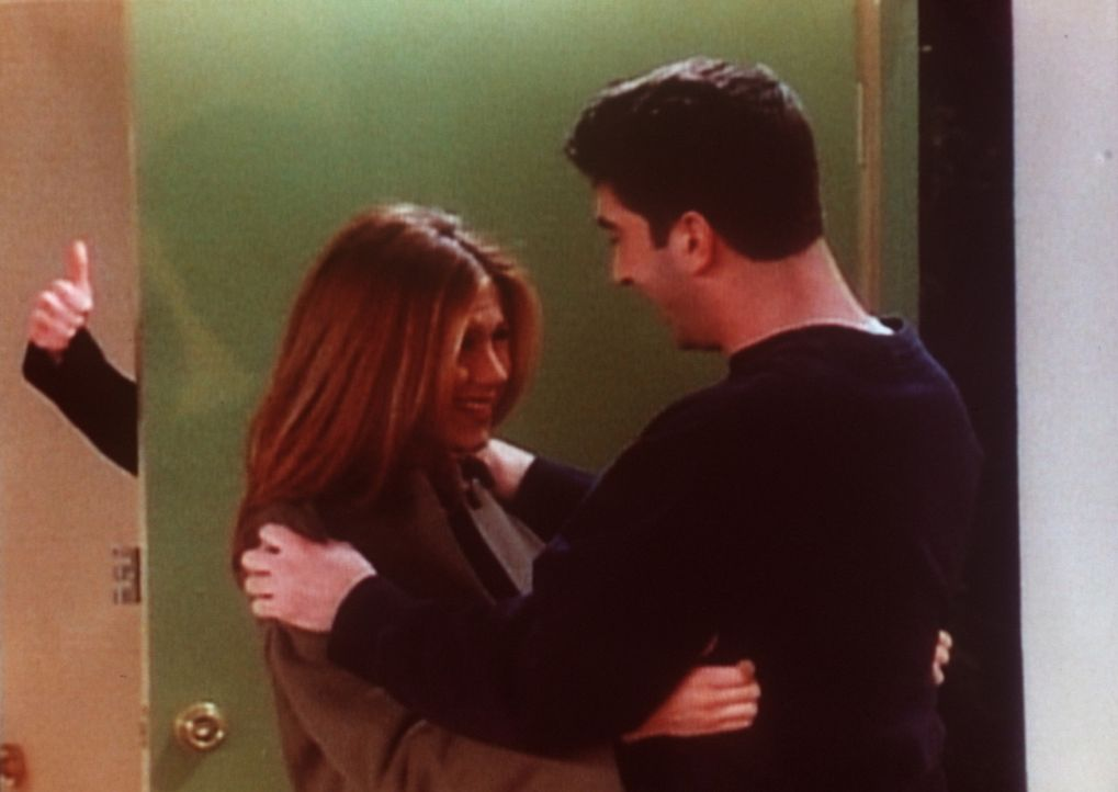 Rachel (Jennifer Aniston, l.) macht einen Versuch, Ross (David Schwimmer, r.) wieder näher zu kommen. - Bildquelle: TM+  2000 WARNER BROS.