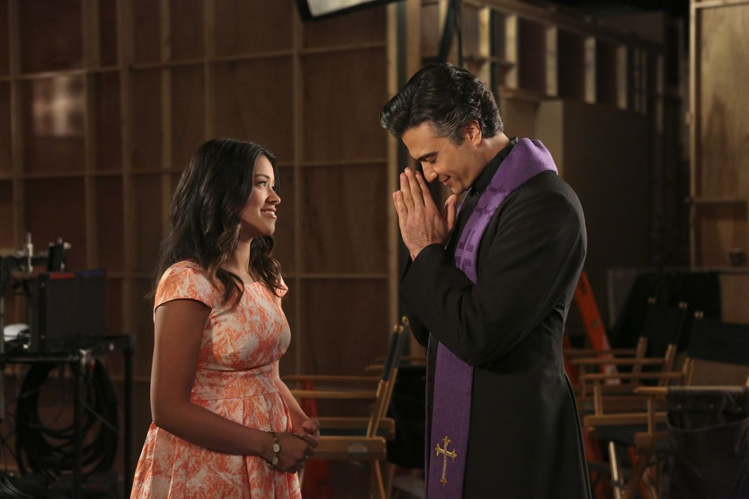 Rogelio (Jaime Camil, r.) überrascht Jane (Gina Rodriguez, l.) mit einem Job als Drehbuchautorin für seine Telenovela. Jane ist hin und hergerissen,... - Bildquelle: 2014 The CW Network, LLC. All rights reserved.