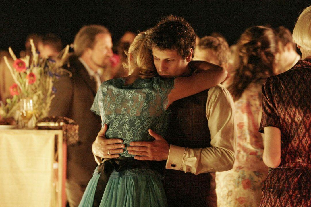 Rokko (Manuel Cortez, r.) hält Lisa (Alexandra Neldel, l.) beim Tanz fest umschlungen. (Dieses Foto von Alexandra Neldel darf nur in Zusammenhang m... - Bildquelle: Noreen Flynn Sat.1