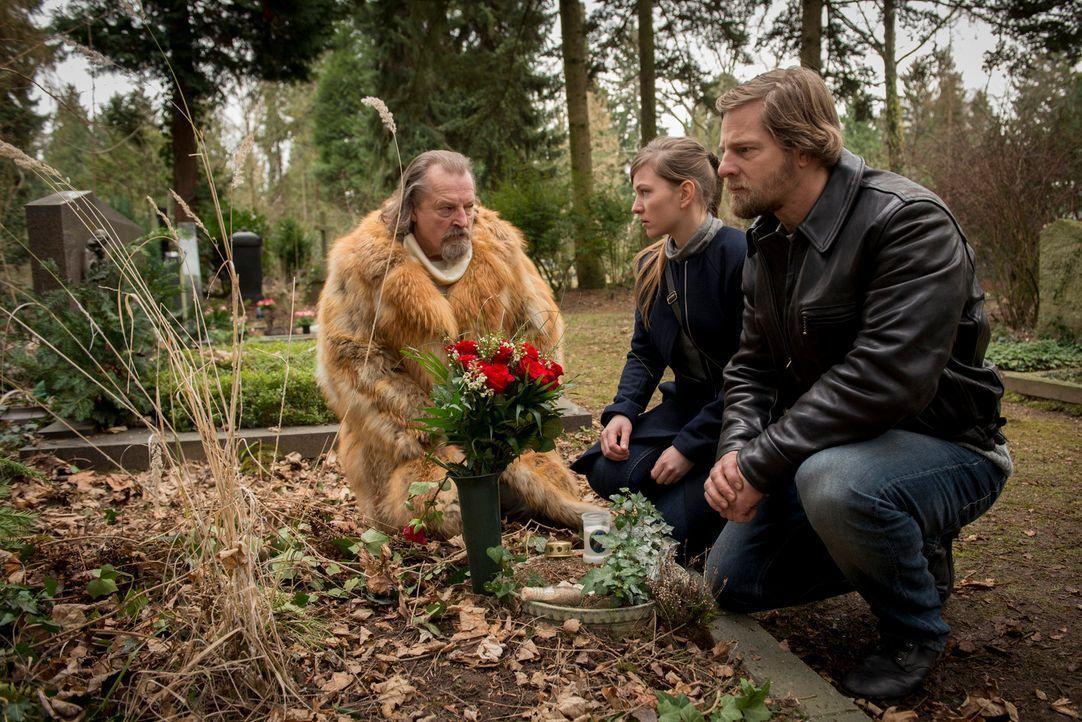 Als sich (v.l.n.r.) Erwin (Paul Faßnacht), Isa (Luise Risch) und Mick (Henning Baum) am Friedhof treffen, ahnen sie noch nicht, dass die Polizei dor... - Bildquelle: Martin Rottenkolber SAT.1