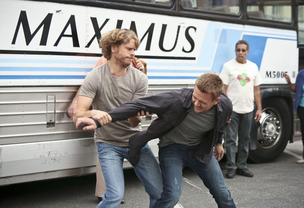Das Team von Deeks (Eric Christian Olsen, l.) und seinen Kollegen schlägt bei der Heimatschutzbehörde Alarm, als es während einer Mordermittlung die... - Bildquelle: CBS Studios Inc. All Rights Reserved.