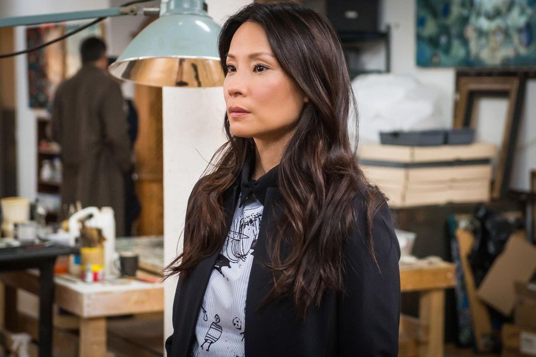 Als Joan (Lucy Liu) die Suche nach einer vermissten Frau aufnimmt, drängt sich ihr Sherlock auf, dem offensichtlich ziemlich langweilig ist ... - Bildquelle: CBS Television
