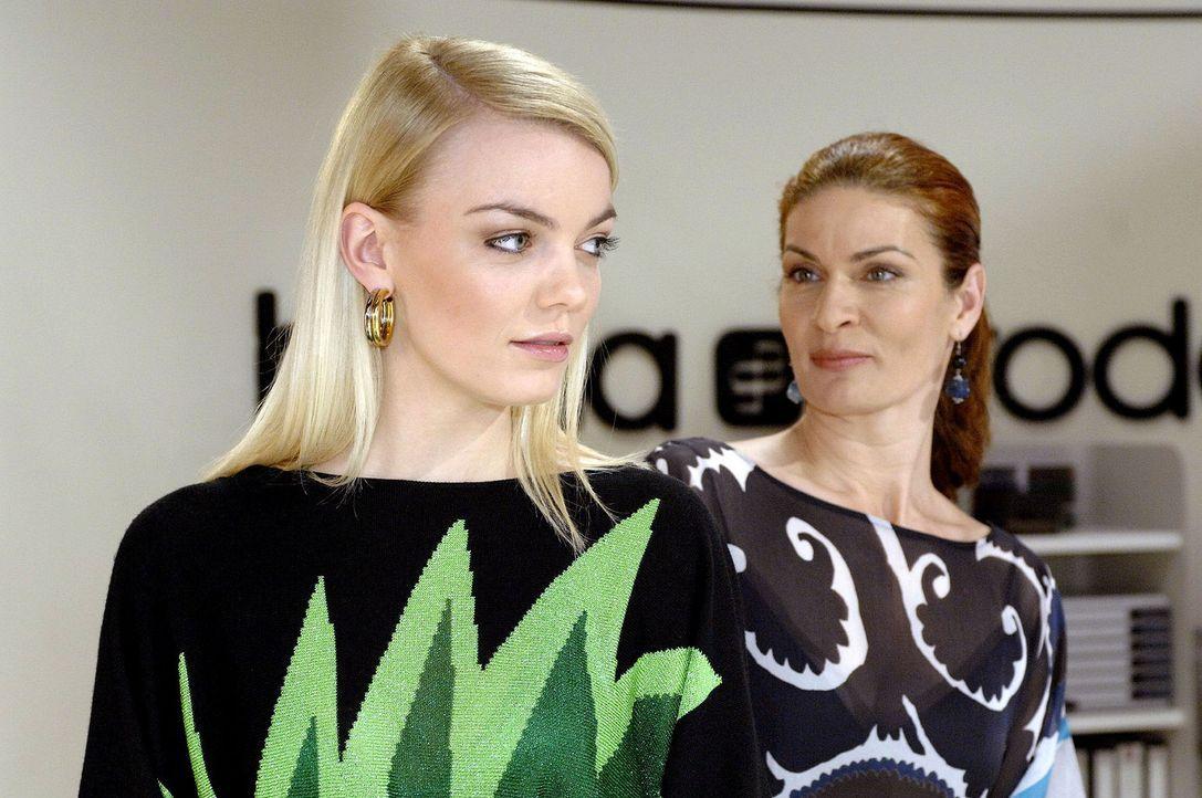 Zufällig erfährt Natascha von Roberts Plänen, eine Agentur zu gründen. v.l.n.r.: Elke (Anni Wendler), Natascha (Franziska Matthus) - Bildquelle: Oliver Ziebe Sat.1