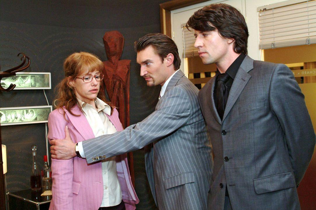 Ertappt: Richard (Karim Köster, M.) und Viktor (Roman Rossa, r.) erwischen Lisa (Alexandra Neldel, l.), die an der Bürotür gelauscht hat ... (Dieses... - Bildquelle: Monika Schürle Sat.1