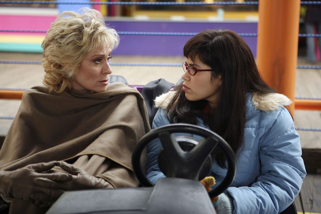 Ihr Plan geht in die Hose: Claire (Judith Light, l.) und Betty (America Ferrera, r.) ... - Bildquelle: Buena Vista International Television