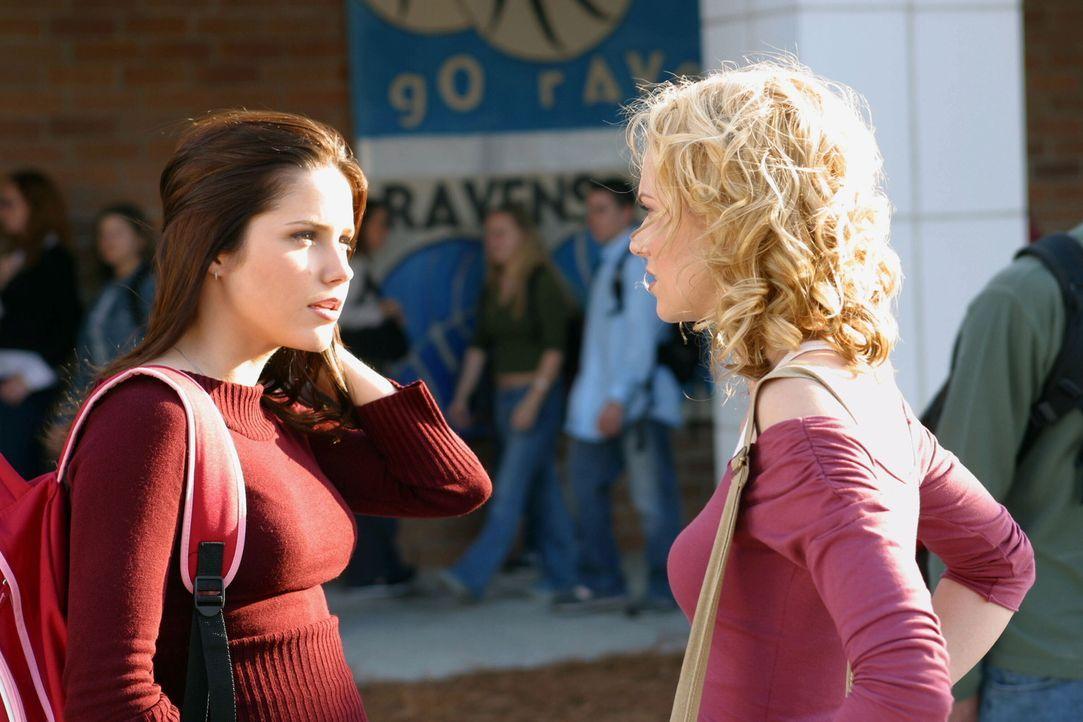 Brooke (Sophia Bush, l.) will Lucas eins auswischen, da er sie mit ihrer besten Freundin Peyton (Hilarie Burton, r.) betrogen hat ... - Bildquelle: Warner Bros. Pictures