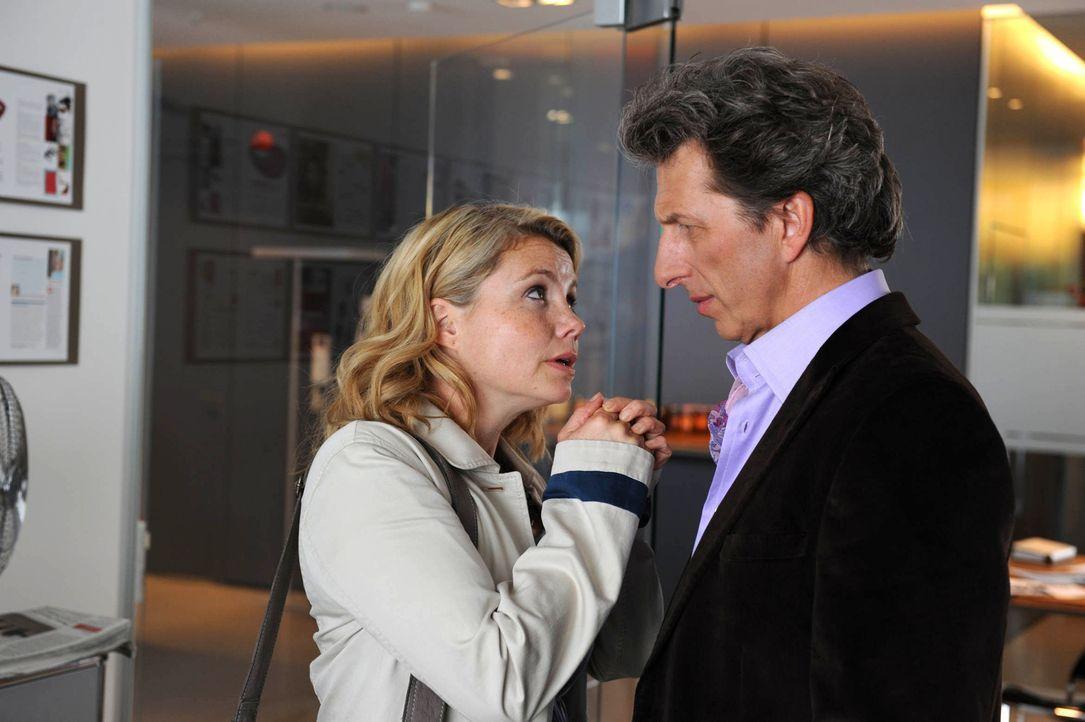 Seit dem Tode ihres Mannes konnte sich Eva (Annette Frier, l.) immer auf ihren Chef (Rufus Beck, r.) verlassen. Doch plötzlich will er eine rein sex... - Bildquelle: Kerstin Stelter Sat.1
