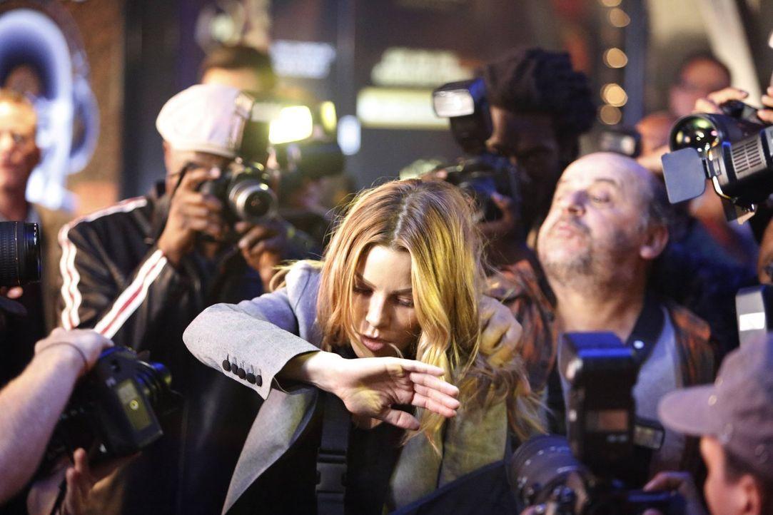 Als Chloe (Lauren German) erkennt, dass ein Paparazzo Schuld an dem Tod eines jungen Mannes ist, wird sie an ihre eigene Jugend erinnert ... - Bildquelle: 2016 Warner Brothers