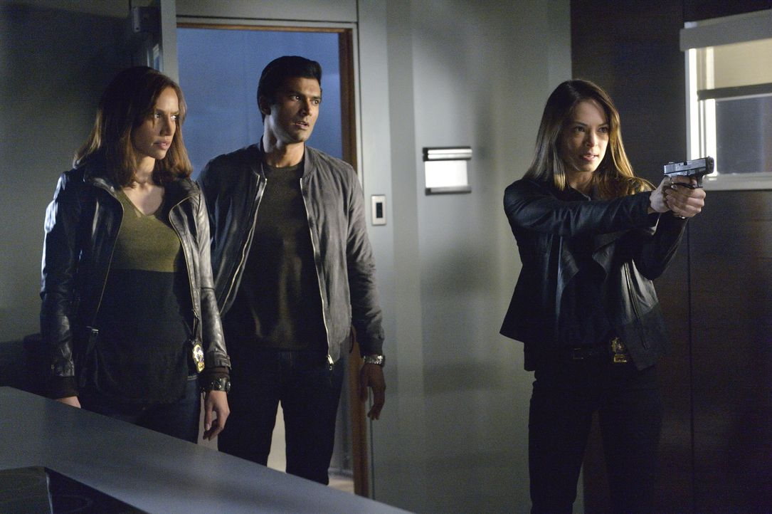 Cat (Kristin Kreuk, r.), Tess (Nina Lisandrello, l.) und Gabe (Sendhil Ramamurthy, M.) sehen sich gezwungen, Tori festzunehmen, denn in der Presse w... - Bildquelle: 2013 The CW Network, LLC. All rights reserved.