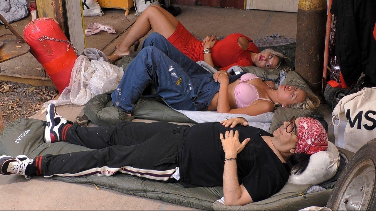 Mike Shiva, Chethrin Schulze und Sophia Vegas liegen auf dem Boden der Baustelle - Bildquelle: SAT.1