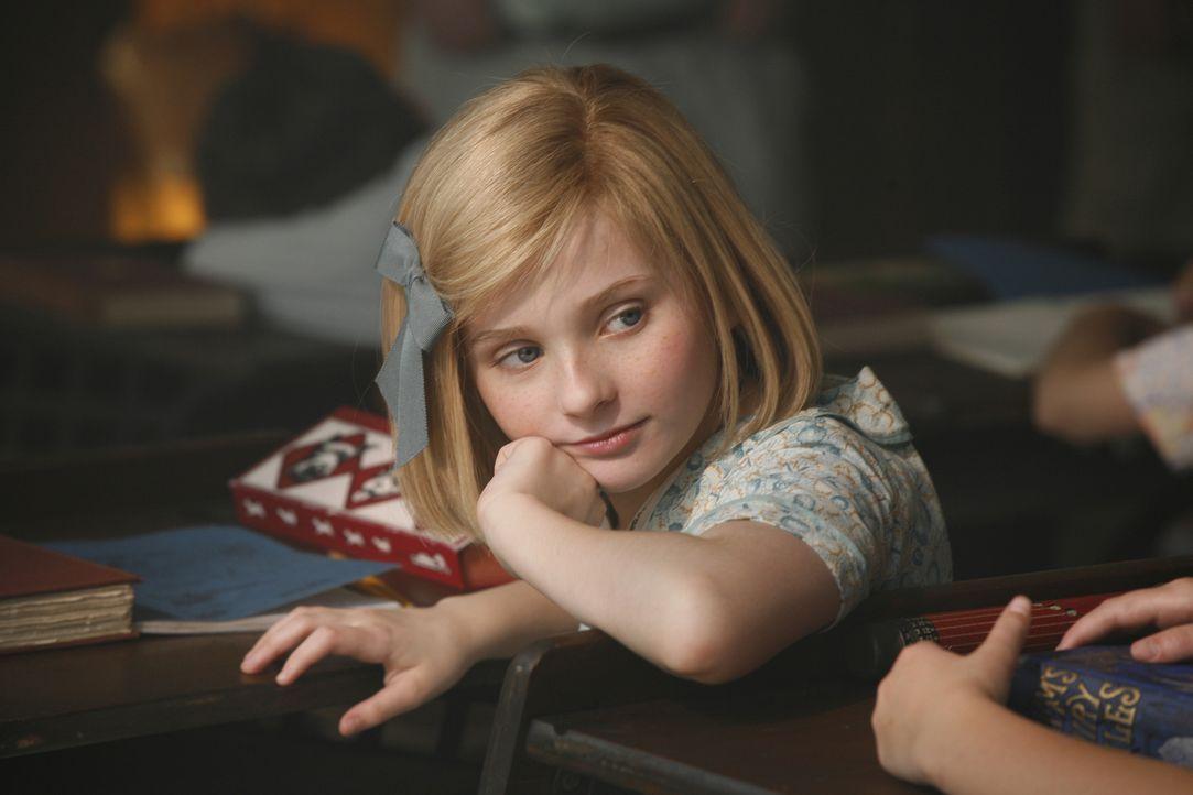 Schon seit frühester Kindheit liebt es die zehnjährigen Kit Kittredge (Abigail Breslin), kleine Geschichten zu schreiben. Sie träumt davon, künftig... - Bildquelle: Warner Brothers