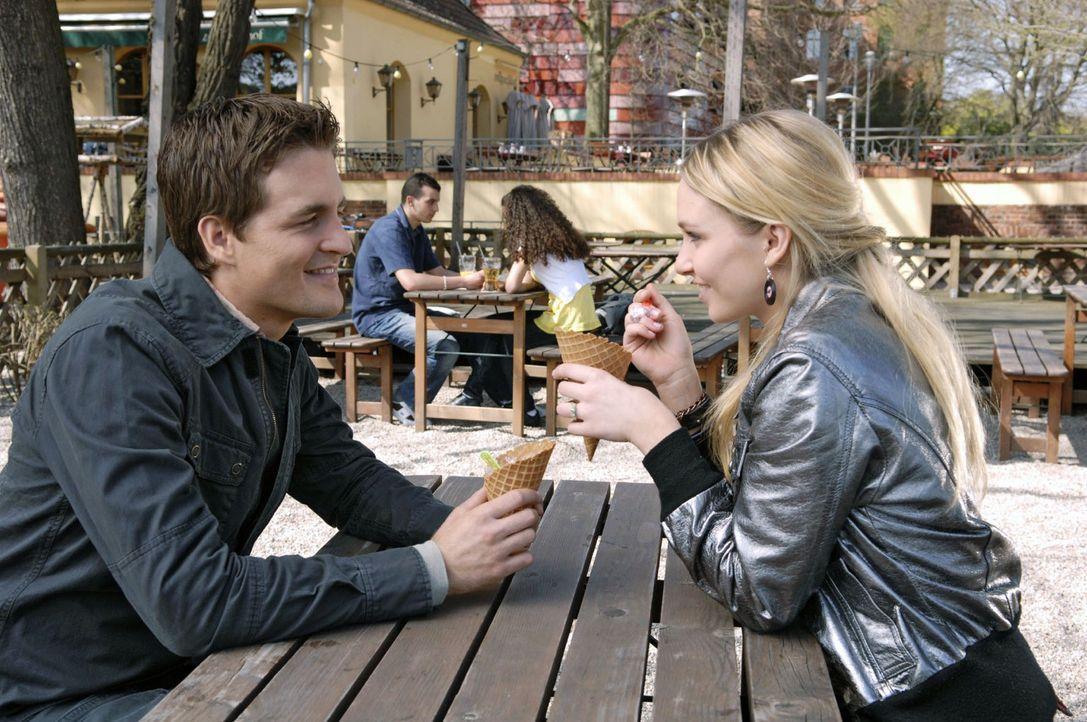 Lily (Jil Funke, r.) freut sich riesig, dass Lars (Alexander Klaws, l.) sie nach London begleitet. - Bildquelle: Sat.1