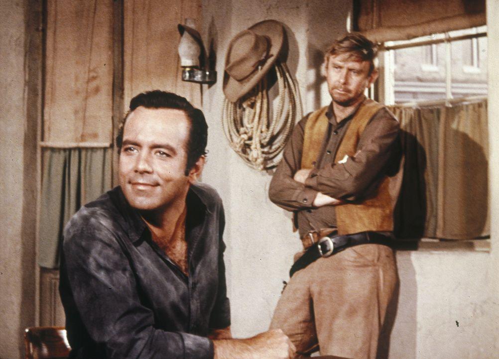 Natürlich glaubt der Sheriff (Charles Watts, r.) Adam (Pernell Roberts, l.) die Geschichte von dem mysteriösen Ritter in glänzender Rüstung, der die... - Bildquelle: Paramount Pictures