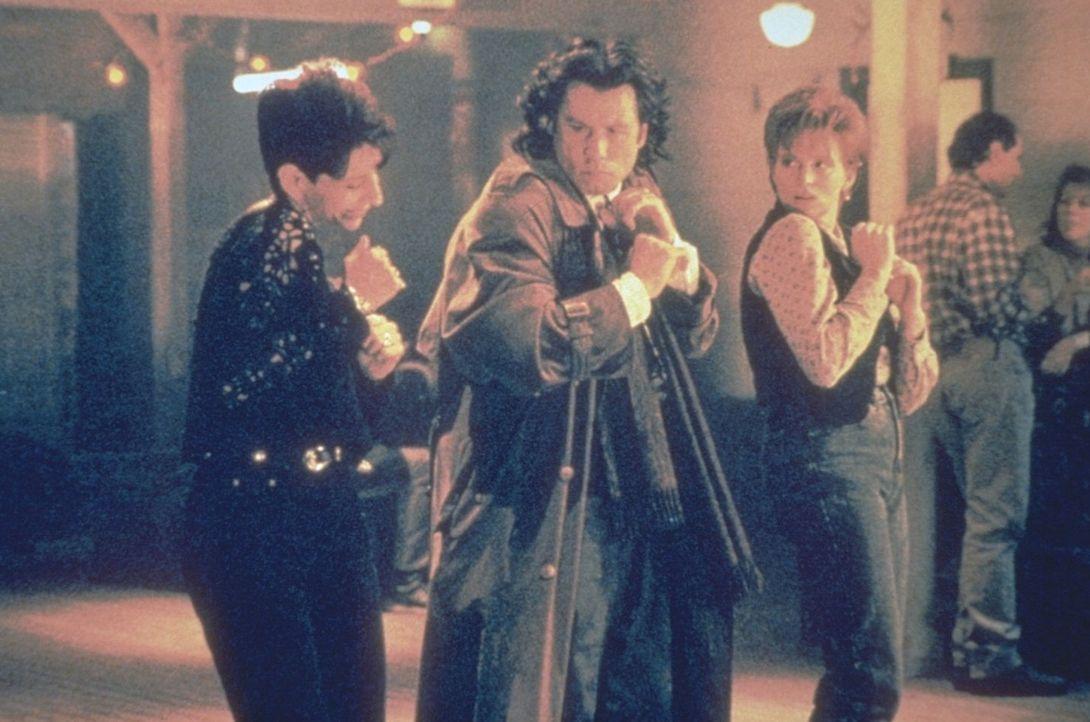 Das majestätische Flügelpaar eines Erzengels hat Michael (John Travolta, M.) mitten ins Amerika des 20. Jahrhunderts getragen, wo er sich nun amüsie... - Bildquelle: Warner Brothers
