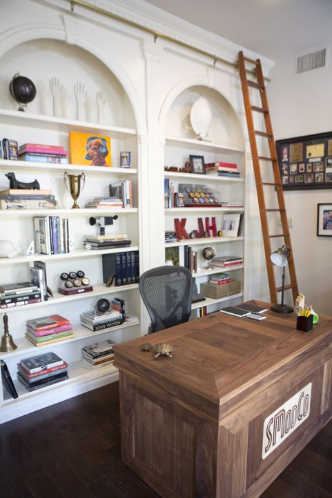 Der bekannte Hollywood-Regisseur arbeitet gerne auch von seinem Wohnzimmer in den Hollywood Hills aus, jetzt braucht er ein größeres Home-Office ... - Bildquelle: Aaron Rapoport 2013, DIY Network/Scripps Networks, LLC.  All rights Reserved.