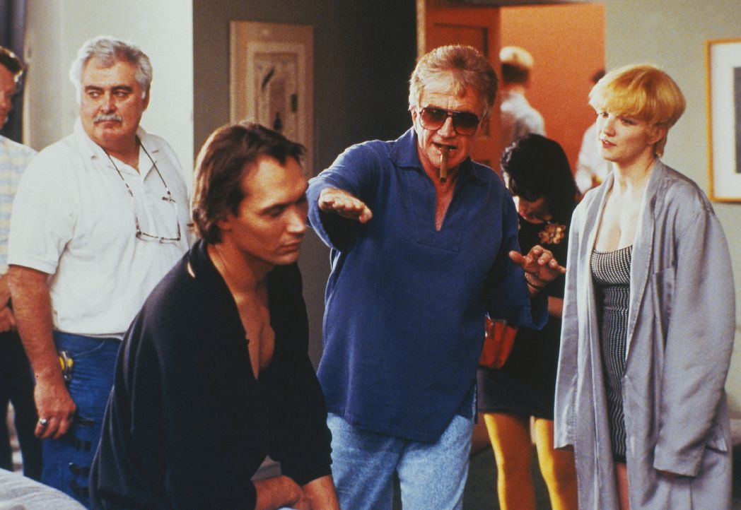 Regisseur Blake Edwards (M.) gibt seinen beiden Hauptdarstellern Jimmy Smits (l.) und Ellen Barkin (r.) Regieanweisungen ...