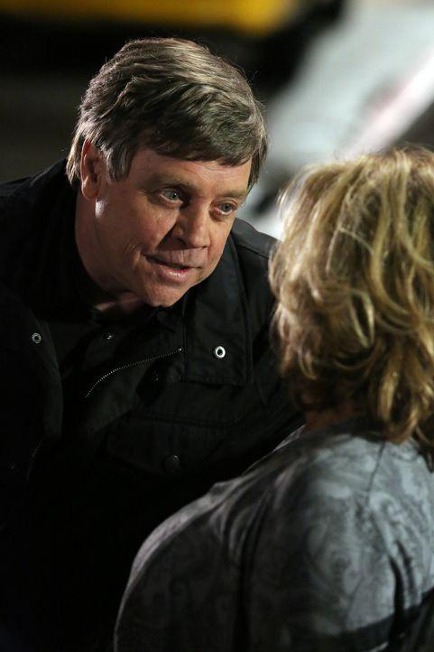 Die BAU hat es mit dem sogenannten Replicator (Mark Hamill, l.) zu tun, der ihr seit dem Fall mit den Drogenopfern in New York an den Hacken klebt.... - Bildquelle: ABC Studios