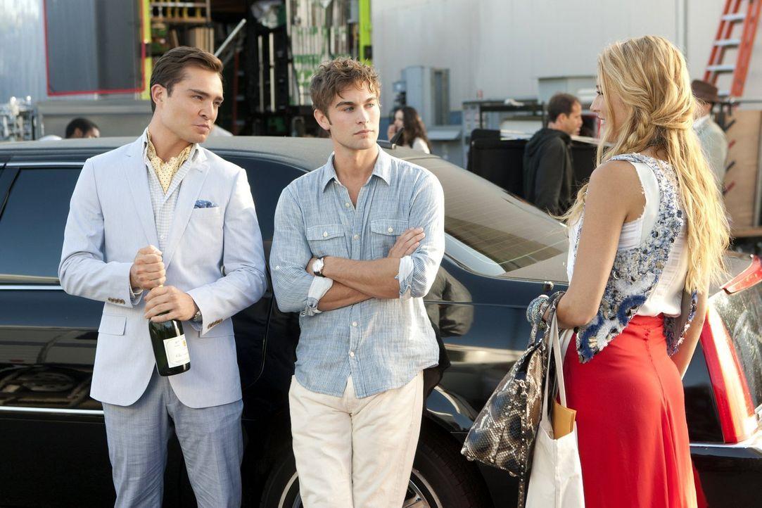 Gemeinsam gehen sie auf eine Party in den Hollywood Hills: Chuck (Ed Westwick, l.), Nate (Chace Crawford, M.) und Serena (Blake Lively, r.) ... - Bildquelle: Warner Bros. Television