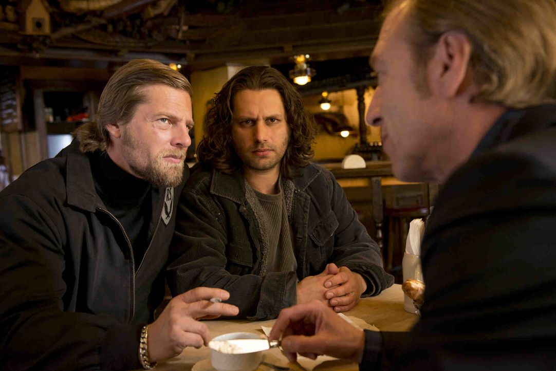 Mick (Henning Baum, l.) ahnt, dass Lutz (Adam Bousdoukos, M.) und Bremme (Oliver Stritzel, r.) ihm etwas Wichtiges verheimlichen, was sie selbst bel... - Bildquelle: Martin Rottenkolber SAT.1