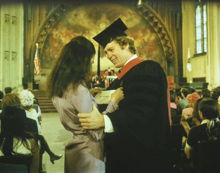 Trotz aller Widerstände, lassen sich Oliver (Ryan O'Neal, r.) und Jennifer (Ali MacGraw, l.) von ihrer gemeinsamen Zukunft nicht abbringen ... - Bildquelle: Paramount Pictures