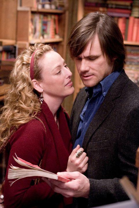 """Als der Hundefänger Walter Sparrow (Jim Carrey, r.) von seiner Ehefrau (Virginia Madsen, l.) das Buch """"The Number 23"""" geschenkt bekommt, will er es... - Bildquelle: 2007 Warner Brothers"""