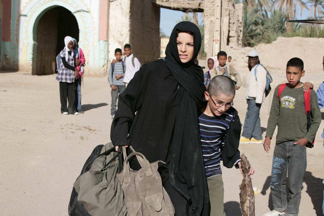 Als Karla (Yvonne Catterfeld, l.) ihren Sohn Hamy (Faraz Kafi, r.) im Kreis einiger Koranschüler entdeckt, lässt sie alle Vorsicht fallen und gibt... - Bildquelle: Sife Elamine und Claudia Rump SAT.1