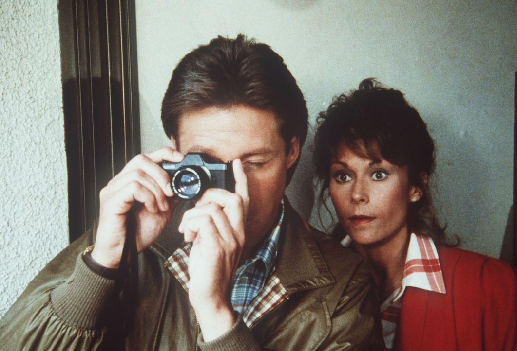 Mit Hilfe des KGBs erhält der Dramatiker Martinet die Chance auf ein Comeback. Bedingung ist, dass er seine Freundin Maria von Klausen aushorcht, di...