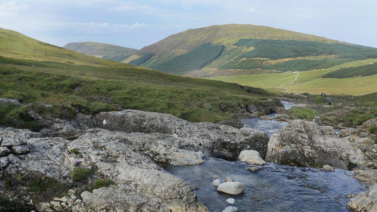 """Die """"Fairy Pools"""" machen ihrem Namen alle Ehre: Auf Skye, der größten Insel der Inneren Hebriden in Schottland, liegen die märchenhaften Badeseen mi... - Bildquelle: 2016,The Travel Channel, L.L.C. All Rights Reserved/ Citizen Pictures"""