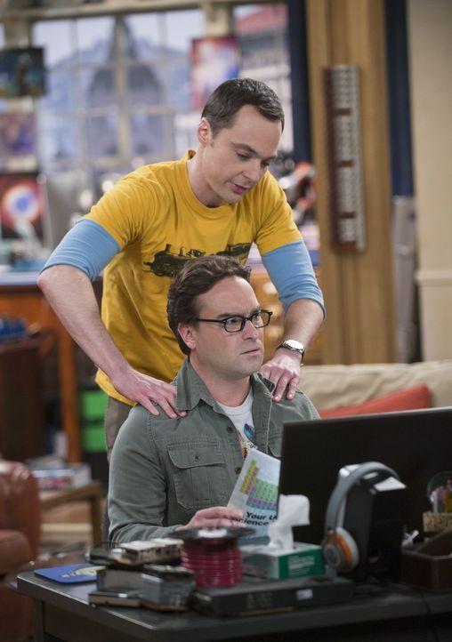 Es kommt zu Spannungen, als ein Magazin Leonard (Johnny Galecki, vorne) in einem Artikel, über die Arbeit, die er mit Sheldon (Jim Parsons, hinten)... - Bildquelle: Warner Bros. Television