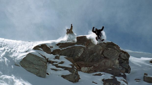 Ein talentierter, junger Snowboarder (Nicolas Duvauchelle, l.) wird von dem S...