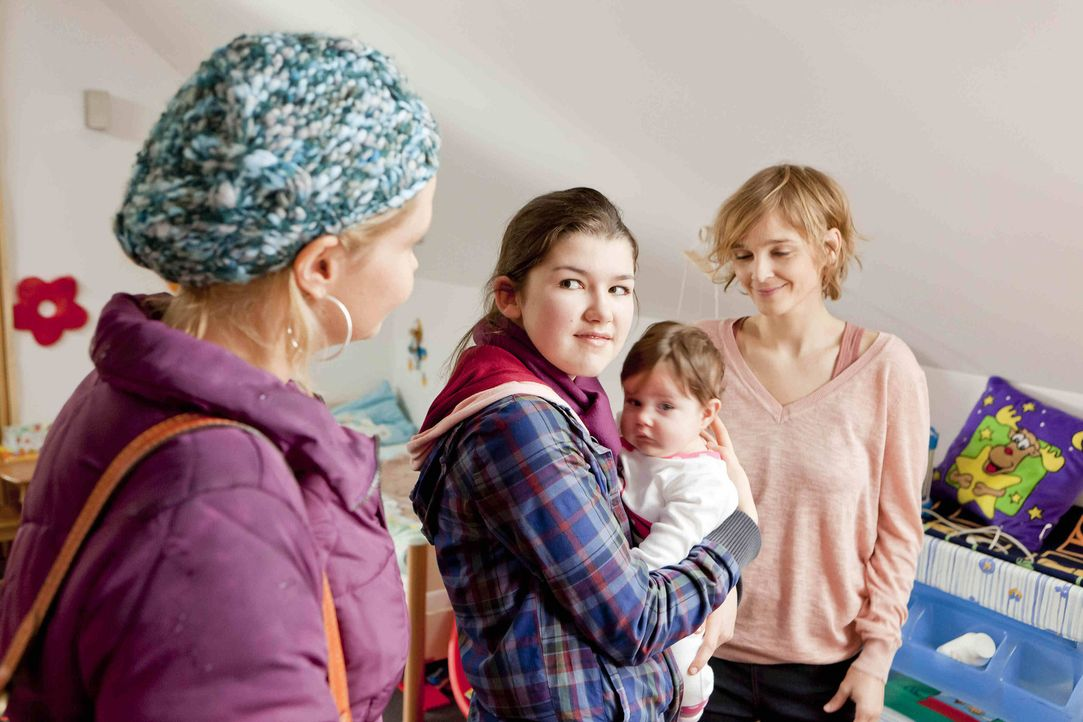 Gemeinsam mit Stefanie (Emma Grimm, 2.v.l.) besucht Danni (Annette Frier, l.), die Pflegeeltern, Marion (Isabell Brenner, l.) und Uwe Gruber, von Li... - Bildquelle: Frank Dicks SAT.1
