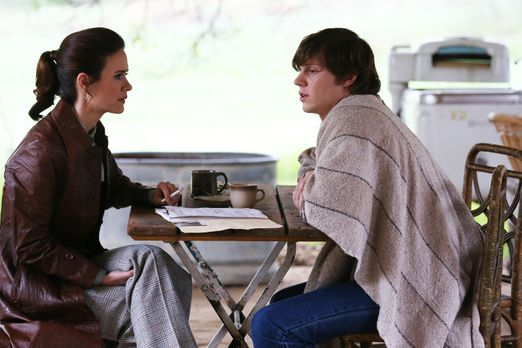 American Horror Story - Lana Winters (Sarah Paulson, l.) besucht Kit Walker (...