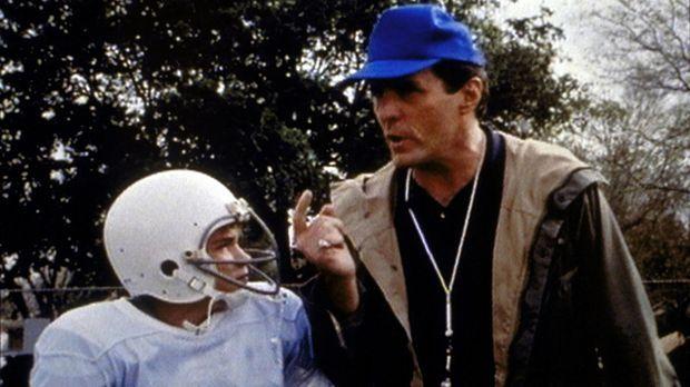 Trainer Diller (Beau Starr, r.) führt seine Mannschaft mit unnachgiebiger Här...