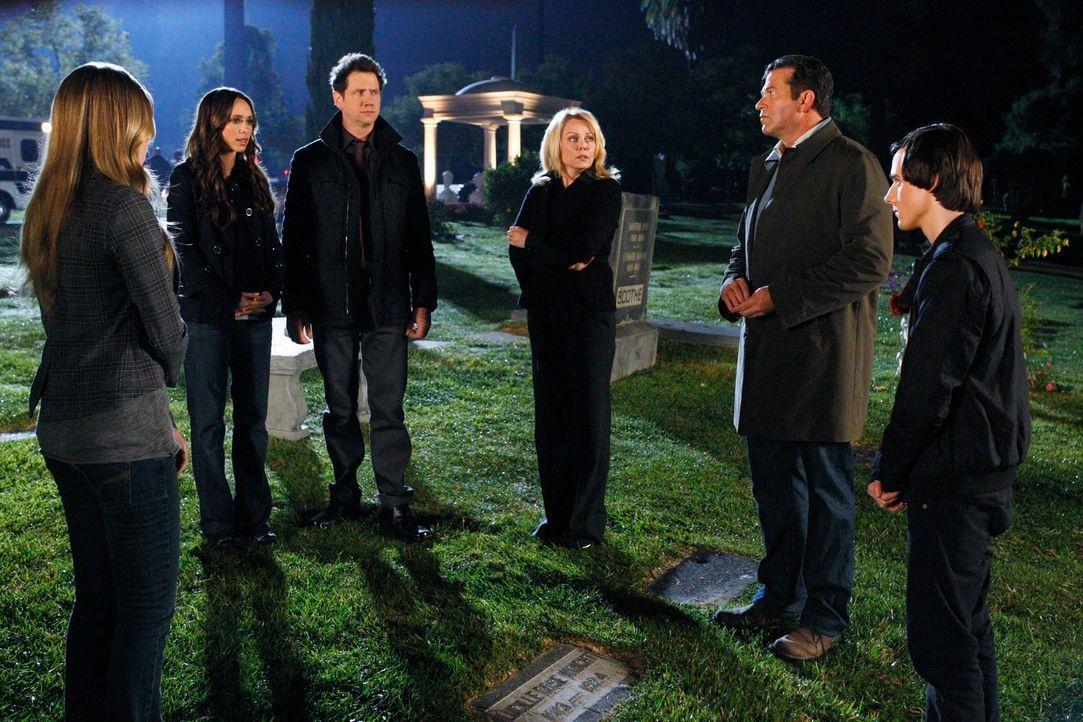 Eli (Jamie Kennedy, 3.v.l.) und Melinda (Jennifer Love Hewitt, 2.v.l.) sorgen dafür, dass es zu einem klärenden Gespräch zwischen Serena (Alexa Vega... - Bildquelle: ABC Studios