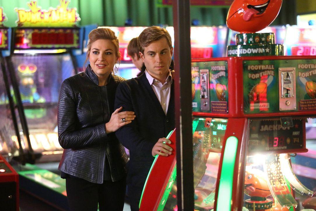 Wollen Kimmie verkuppeln: Kendall (Kate Jenkinson, l.) und Richard (Kevin Bishop, r.). Doch plötzlich merkt Richard, dass er Kimmie eigentlich gern... - Bildquelle: Warner Brothers