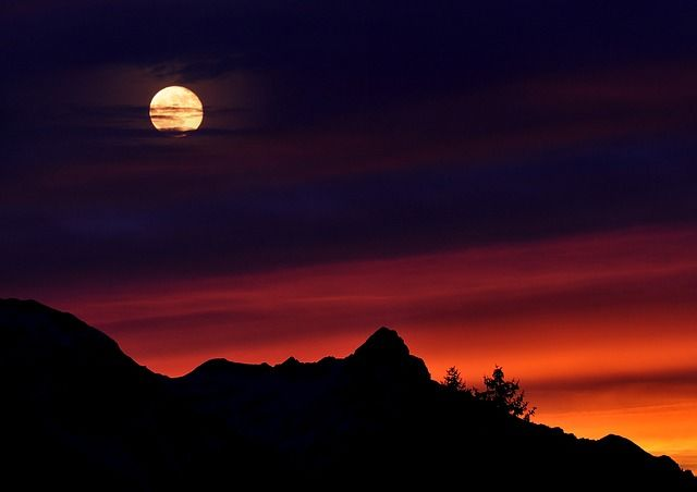 3. Die richtige PerspektiveBeim Aufgang wirkt der Mond besonders gigantisch!...