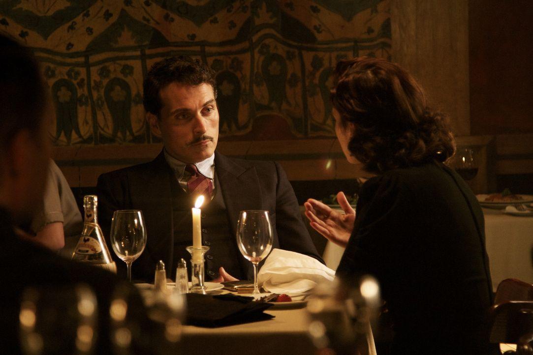 Die junge Spionin Eva Delectorskaya (Hayley Atwell, r.) verliebt sich in ihren Chef Lucas Romer (Rufus Sewell, l.). Wird das ihre Arbeit beeinflussen? - Bildquelle: TM &   2012 BBC