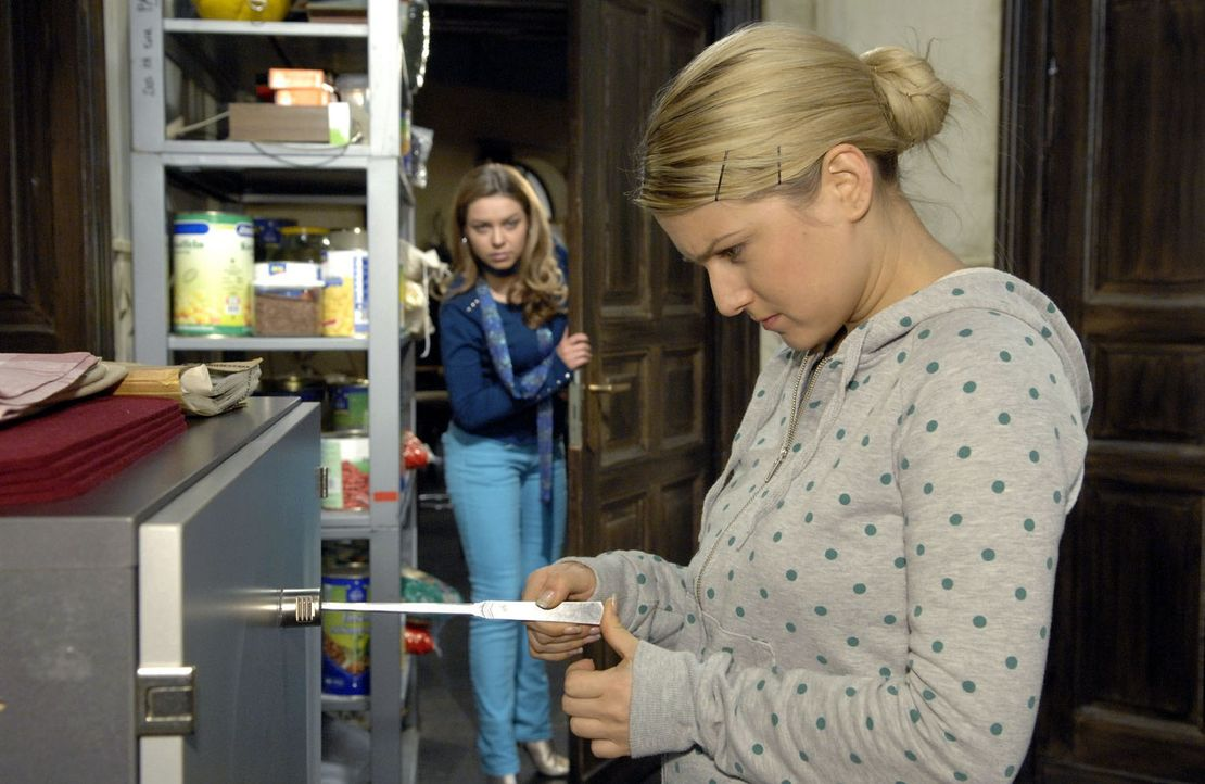 Katja (Karolina Lodyga, l.) ertappt Anna (Jeanette Biedermann, r.), als die sich in Armins Büro zu schaffen macht ... - Bildquelle: Claudius Pflug Sat.1