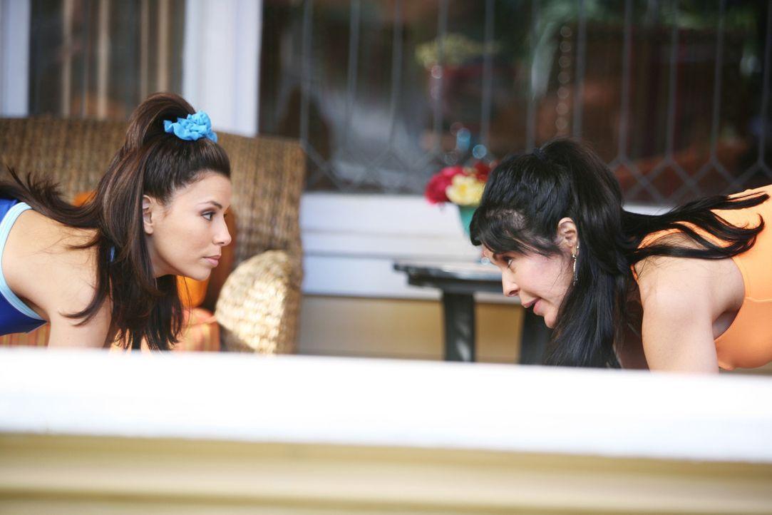 Gabrielles Mutter Lucia (Maria Conchita Alonso, r.) ist zu Besuch. Gabrielle (Eva Longoria, l.) ist davon allerdings alles andere als begeistert ... - Bildquelle: 2005 Touchstone Television  All Rights Reserved