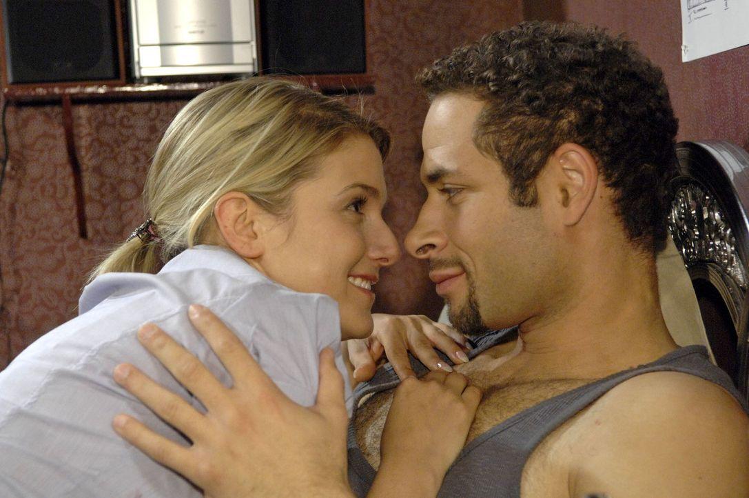 Jannick (Mike Adler, r.) und Anna (Jeanette Biedermann, l.) kuscheln miteinander, als er von ihr das Frühstück ans Bett gebracht bekommt. - Bildquelle: Claudius Pflug Sat.1