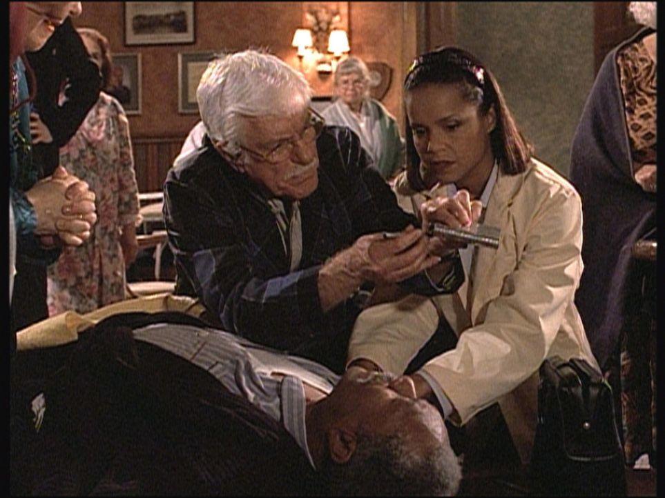 Isaiah (Lee Weaver, vorne), ein Bewohner des Seniorenheims, ist zusammengebrochen. Mark (Dick Van Dyke) und Amanda (Victoria Rowell, r.) kümmern sic... - Bildquelle: Viacom