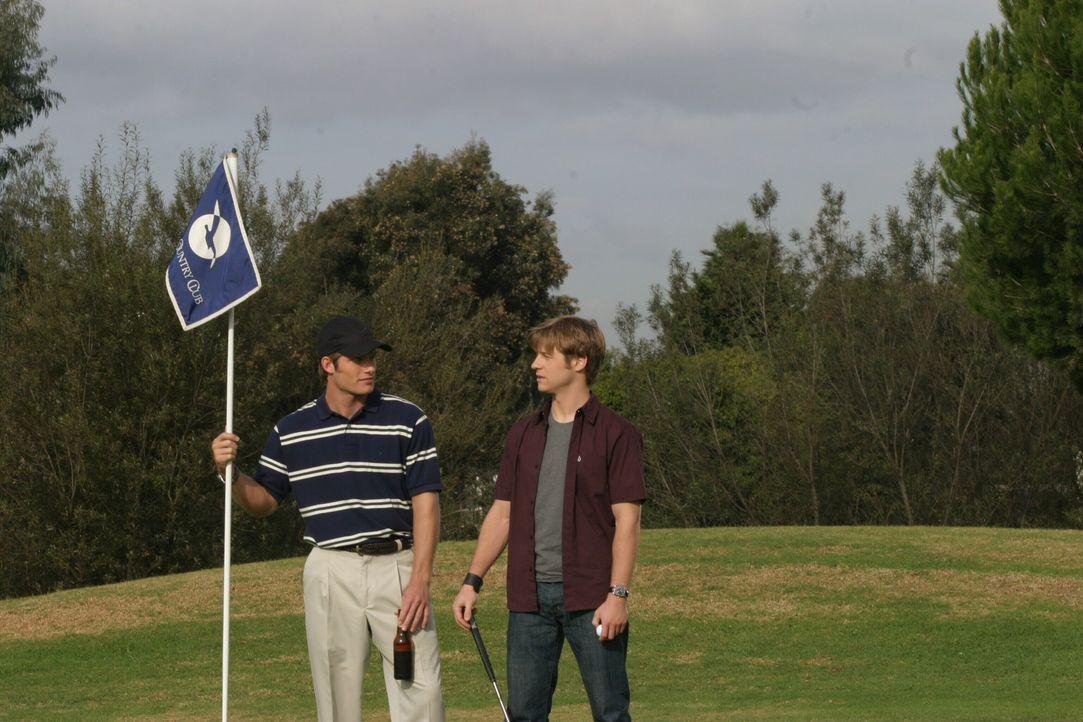 Müssen zusehen wie sich Marissa mit Oliver vergnügt: Ryan (Benjamin McKenzie, r.) und Luke (Chris Carmack, l.) ... - Bildquelle: Warner Bros. Television