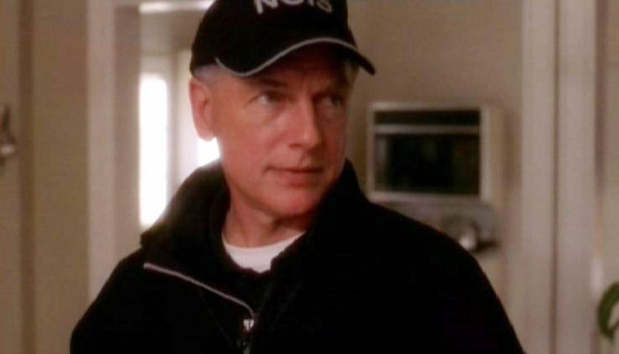 Gibbs (Mark Harmon) im Haus von Lara Hill, die dort tot aufgefunden wurde. - Bildquelle: CBS Television
