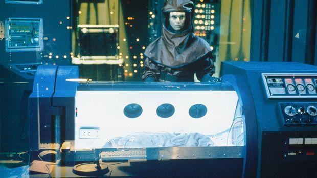 Anya (Joanna Going) bekommt in einer abgeschotteten Intensivstation ein sonde...