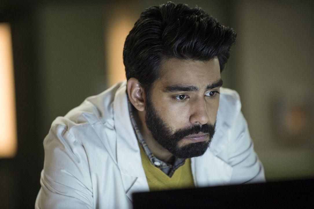 Als Major ihm ein Bild des berüchtigten Candymans zeigt, macht Ravi (Rahul Kohli) eine erschreckende Entdeckung ... - Bildquelle: Warner Brothers